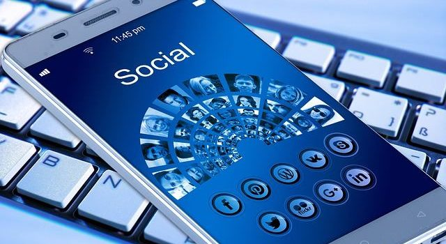 telefono cellulare sui social